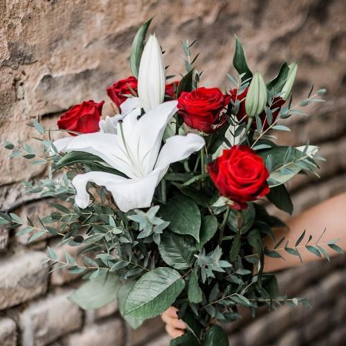 Bouquet de roses rouges et lys